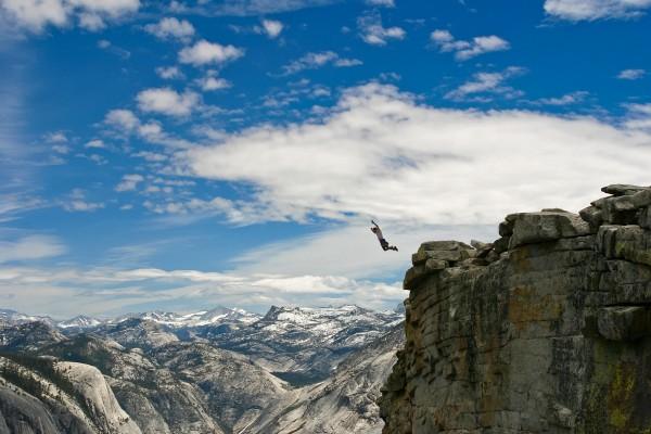 Salto desde lo alto de la montaña
