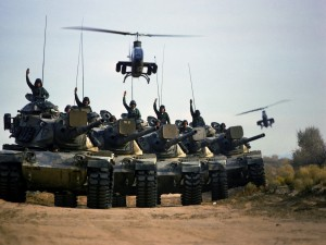 Postal: Helicópteros Cobra sobre unos tanques