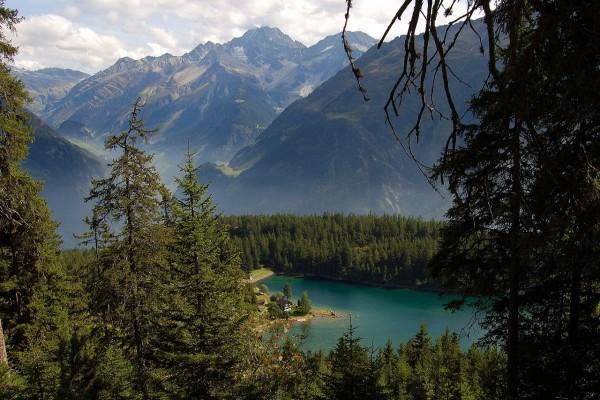 El lago Arnisee, en el Cantón de Uri, Suiza