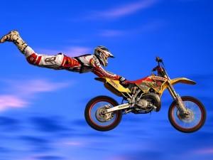 Postal: Volando con la moto