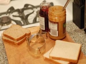 Ingredientes para preparar un sándwich de mantequilla de cacahuete