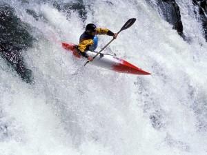 Postal: Piragua en una cascada