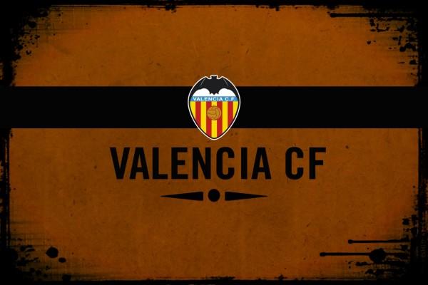 Escudo del Valencia CF en fondo naranja