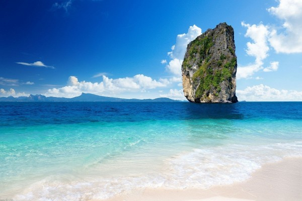 Gran roca en el mar