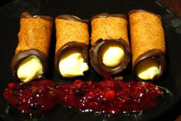 Cannoli de chocolate, vainilla y mermelada