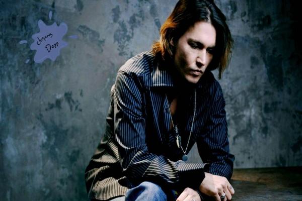 Johnny Depp con camisa y vaqueros