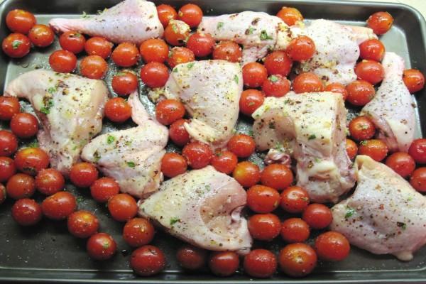 Bandeja con pollo y tomatitos antes de meter al horno