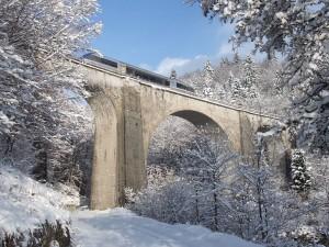 Tren sobre el puente Saillard (Francia) tras una nevada