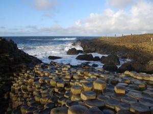 """Basaltos hexagonales formando la """"Calzada del Gigante"""", Irlanda del Norte"""