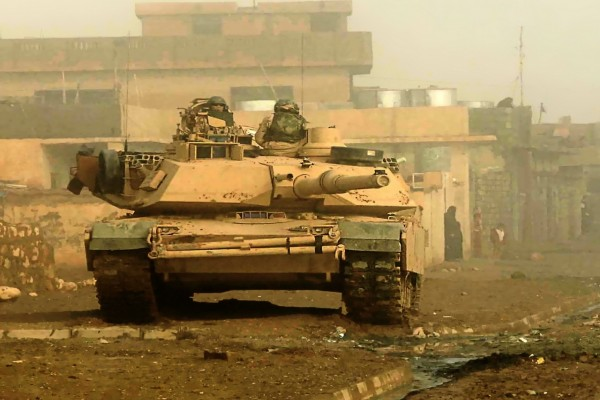 Tanque M1 Abrams en un calle de Iraq