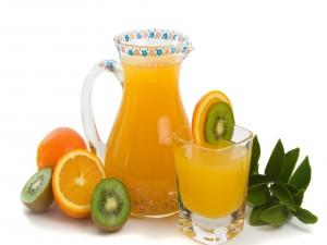 Zumo natural de naranja y kiwi