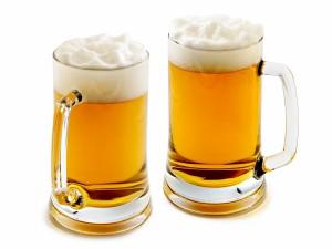 Postal: Espumosas jarras de cerveza