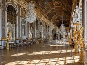 La Galería de los Espejos del Palacio de Versalles (Francia)
