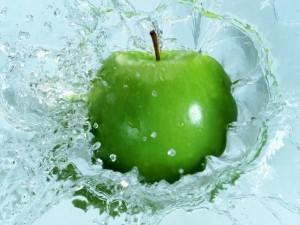Manzana en el agua