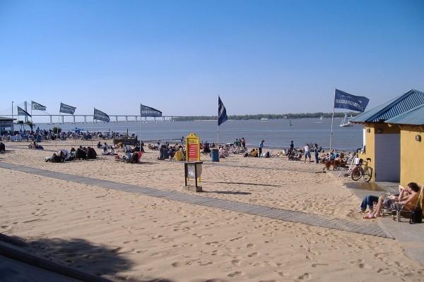 La playa pública en el río Paraná, Rosario, Argentina