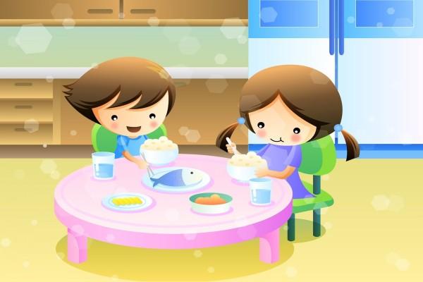 Niños comiendo arroz y pescado