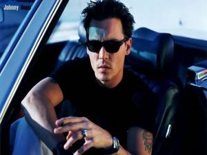 Johnny Depp sentado en un coche