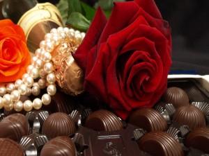 Perlas, champán, rosas y bombones