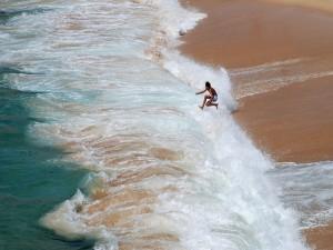 Postal: Un muchacho jugando en las olas (Porto Covo, Portugal)
