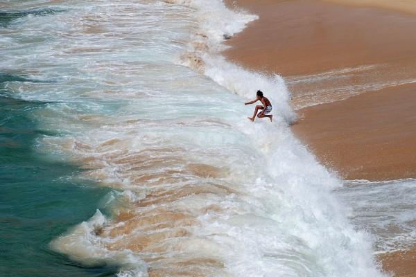Un muchacho jugando en las olas (Porto Covo, Portugal)