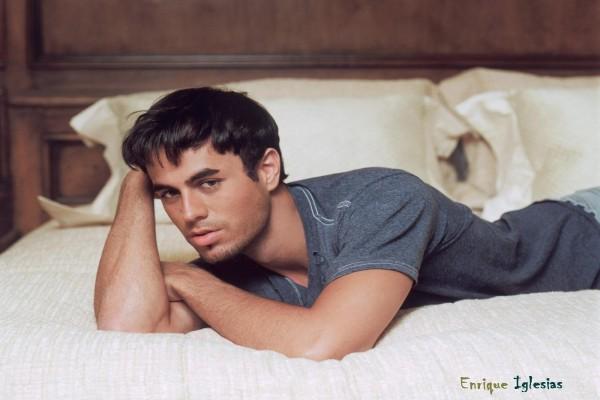 Enrique Iglesias tumbado en la cama