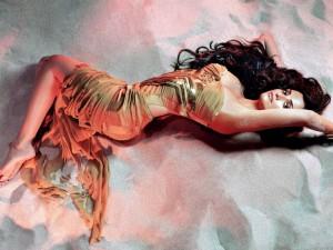 Postal: Penélope Cruz tumbada en la arena