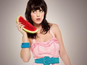 Katy Perry con una rodaja de sandía