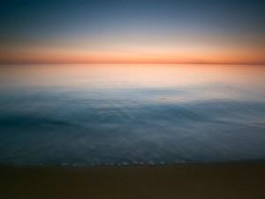 El agua del mar cortando el horizonte