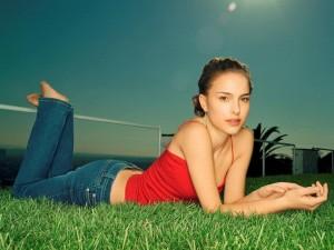 Postal: Natalie Portman tumbada en la hierba
