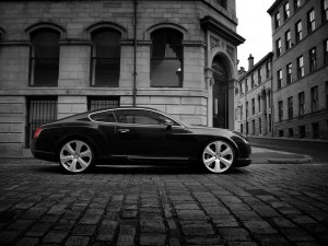 Postal: Bentley Continental por las calles de la ciudad