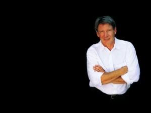 Harrison Ford de brazos cruzados