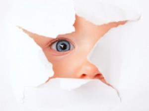 Bebé observando