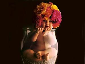 Postal: Bebé con sombrero de flores