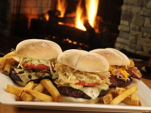 Postal: Plato con tres deliciosas hamburguesas