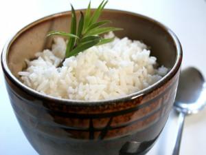 Arroz blanco hervido y servido en un bonito cuenco