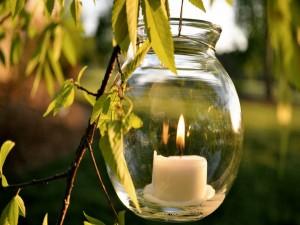 Vela dentro de un frasco de vidrio