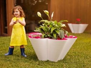 Postal: Bonita niña con un vestido amarillo