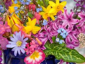 Jarrón con muchas flores variadas
