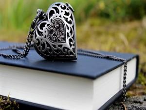 Postal: Colgante sobre un libro