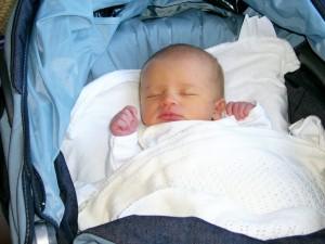 Bebé dormido en su carrito