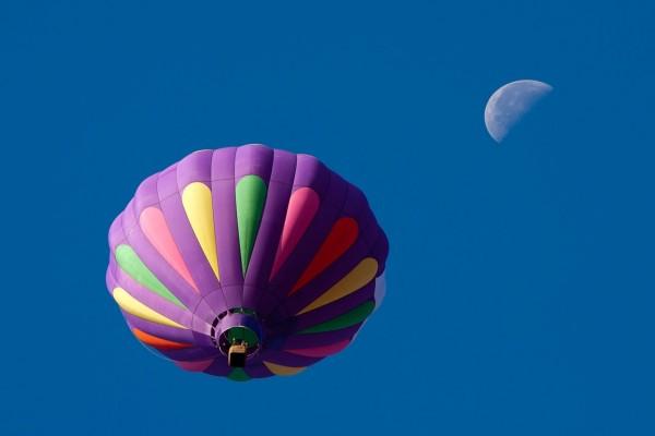 Globo de aire caliente y la luna