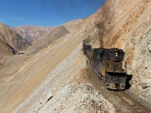 Tren atravesando montañas chilenas