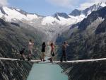 El puente suspendido Drahtsteg, en los Alpes Zillertal, Austria