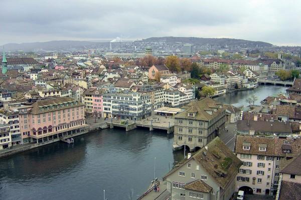 Río Limmat en el casco antiguo de Zurich