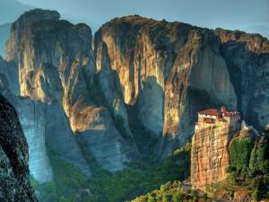 Postal: Casa en una gran roca