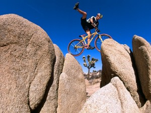 Postal: Bici entre rocas