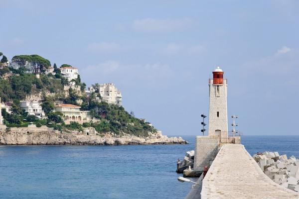 El faro de Niza, en la costa del Mediterráneo (Costa Azul)
