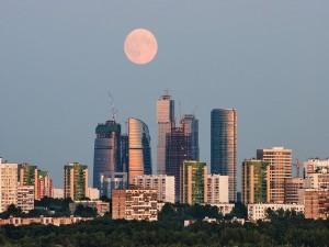 La ciudad de Moscú bajo la luz de la luna