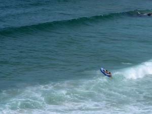 Entre las olas con un bote