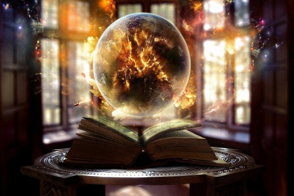 Bola de cristal sobre un libro